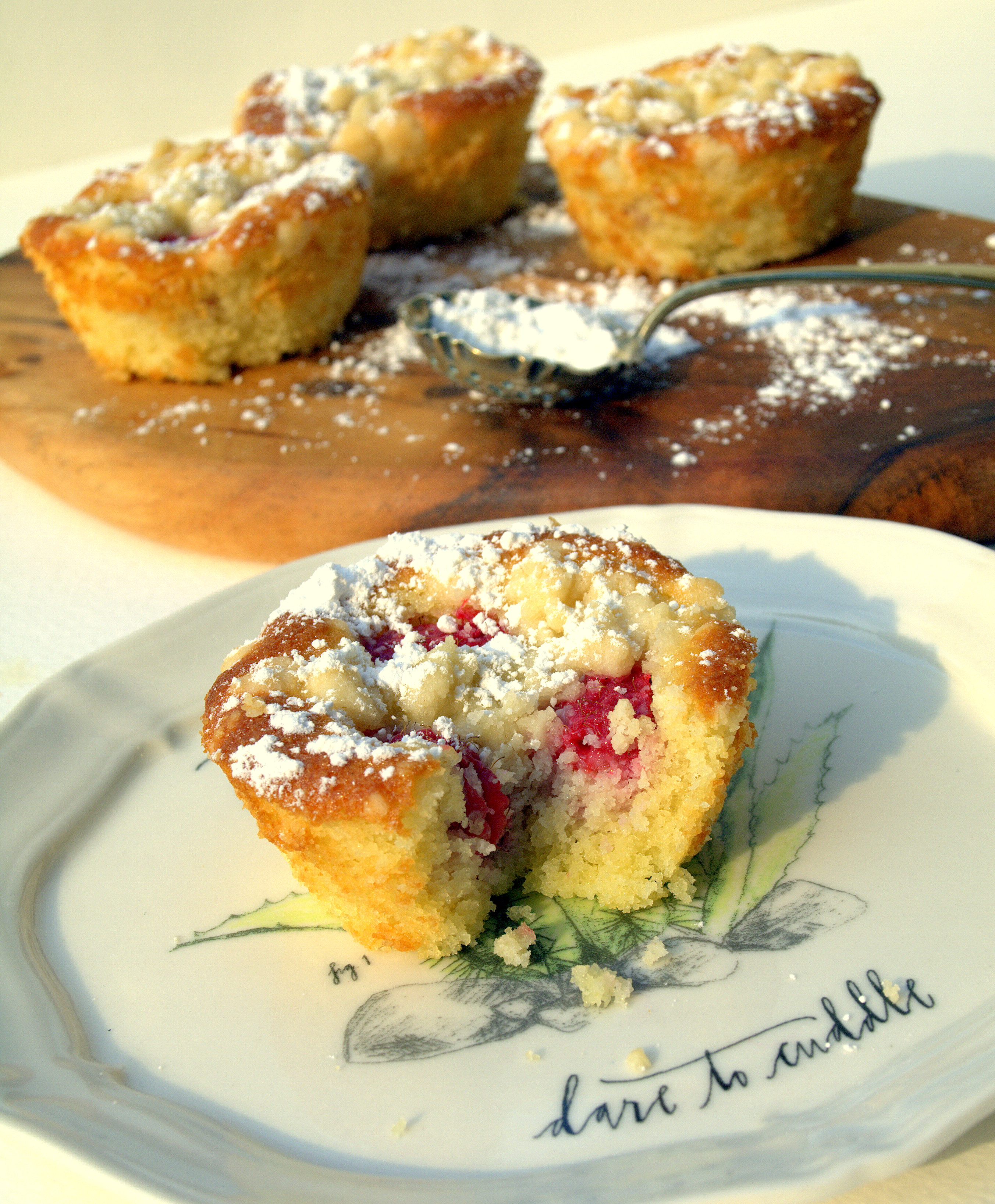 LITTLE RASPBERRY AND ALMOND CRUMBLE CAKES | colonialcravings